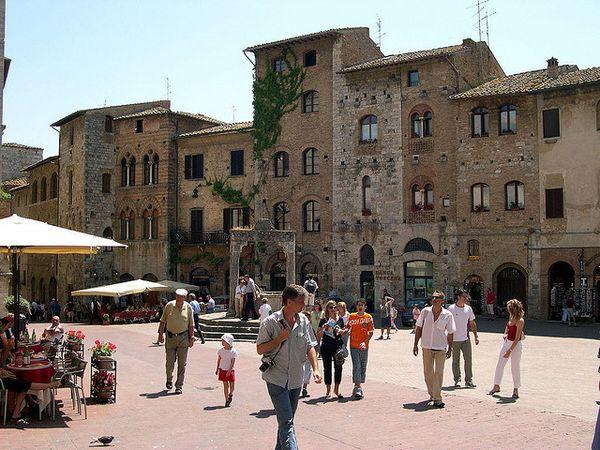 San Gimignano piazza cisterna
